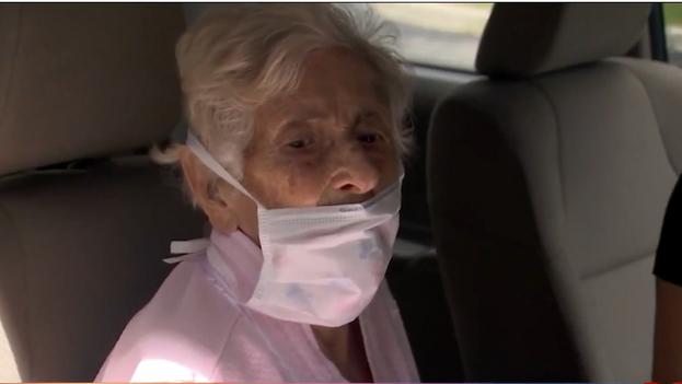 Blanca Nieves Martínez, a su salida del hospital, en Florida, EE UU. (Telemundo51/Captura)