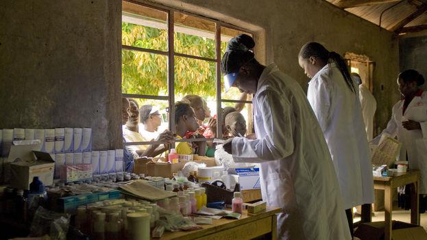 Médicos dispensan tratamientos contra la malaria en Kenya durante el día mundial contra la enfermedad. (US Army Africa/Flickr)