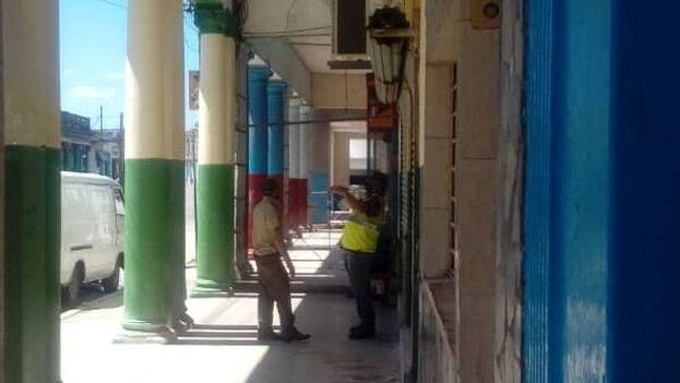 Miembros del Ministerio del Interior y auxiliares custodiando la entrada del solar ubicado en la calzada Diez de Octubre 1368 Interior. (14ymedio)