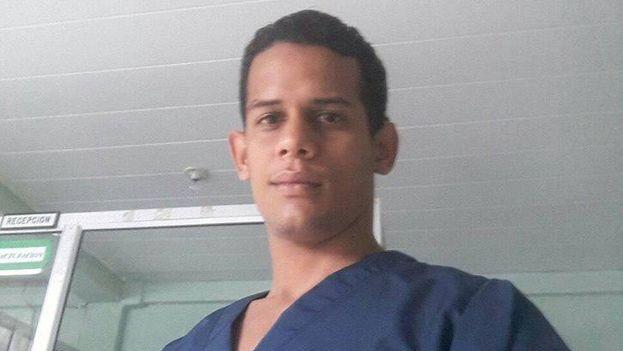 El médico Misael Hernández durante su trabajo como jefe de una sala de terapia intensiva en Venezuela. (Cortesía)