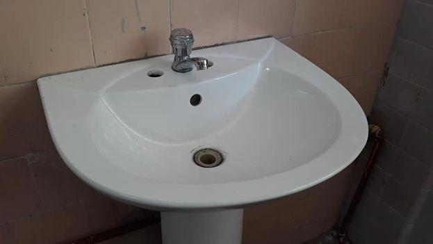 Nuevos lavamanos en la escuela José Luis Arruñada. (14ymedio)