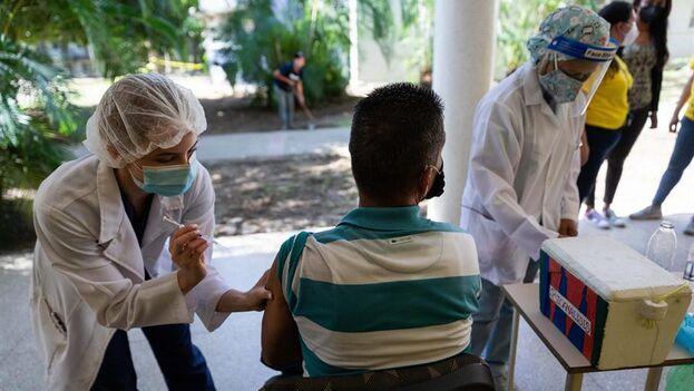 La OMS urge a inmunizar a la población, ya que seis de los siete casos detectados no estaban vacunados. (EFE)