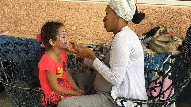 Gracias a un profesional los niños puenden pintarse la cara para jugar así a disfrazarse. (14ymedio)