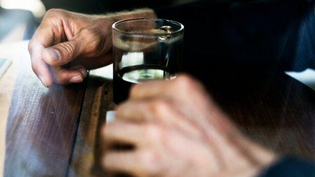 La Organización Mundial de la Salud (OMS) emitió un comunicado desmintiendo que beber alcohol proteja contra el covid-19. (cc)