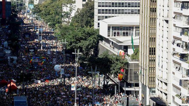 Miles de personas participaron en la 23ª edición del desfile del Orgullo LGBT este domingo, en la Avenida Paulista de Sao Paulo. (EFE/ Marcelo Chello)
