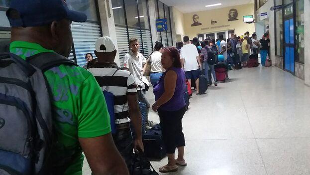 Pasajeros en la terminal central de ómnibus de La Habana, en la cola para pagar el exceso de equipaje. (14ymedio)
