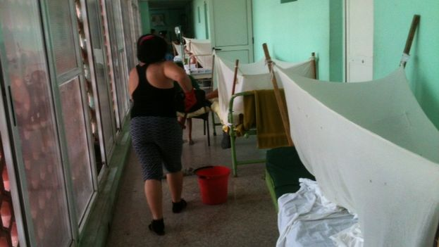 Pasillo del hospital Pediátrico Pepe Portilla donde han habilitado en los pasillos camas para enfermos febriles. (Juan Carlos Fernández)
