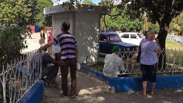 Personas esperando la llegada del periódico en un estanquillo del Vedado. (14ymedio)