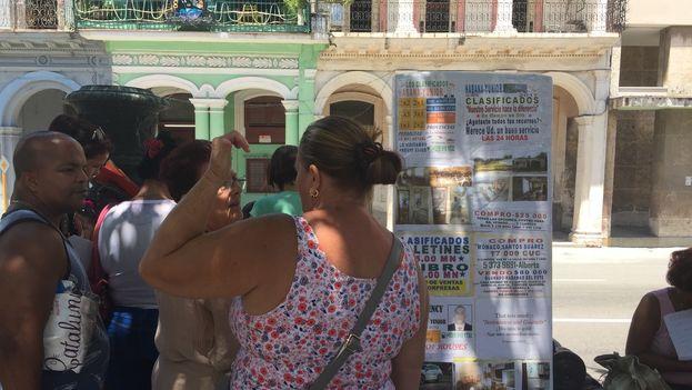 """La """"bolsa de permutas"""" en el Prado habanero, el mercado inmobiliario al aire libre más importante de la Isla, se ha transformado en los últimos meses. (14ymedio)"""