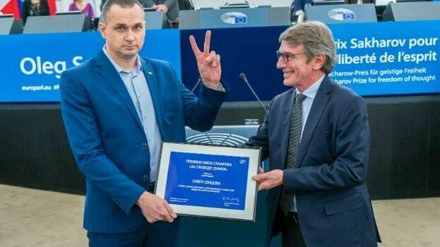 El Presidente del Parlamento Europeo, David Sassoli, entrega el premio a Sentsov. (Europarl_ES)