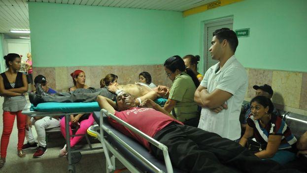 Los lesionados en el hospital Provincial Gustavo Aldereguía Lima esperando a los familiares. (Juan Carlos Dorado/5 de Septiembre)