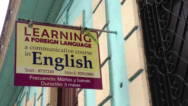 Publicidad de una escuela de idiomas privada en La Habana. (14ymedio)