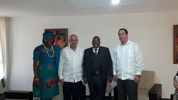 Roberto Morales Ojeda y José Angel Portal junto al ministro de Salud de Sudáfrica, Pakishe Aaron Motsoaledi, tras la renovación del acuerdo Intergubernamental de Salud. (@DrRobertoMOjeda)