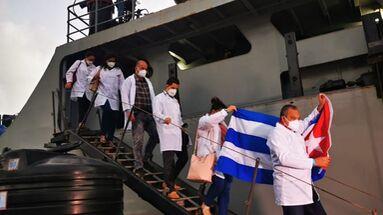 Los seis cubanos llegaron este martes a San Vicente y Granadinas para sumarse al equipo que ya está en la zona. (Ministerio de Salud)
