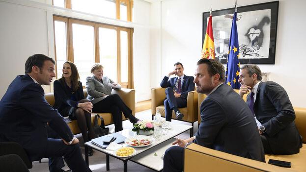 Pedro Sánchez, Angela Merkel y Emmanuel Macron, mantienen políticas alimentarias muy similares, en línea con la UE, promoviendo el consumo de agua y los productos frescos y sancionando las grasas y azúcares.