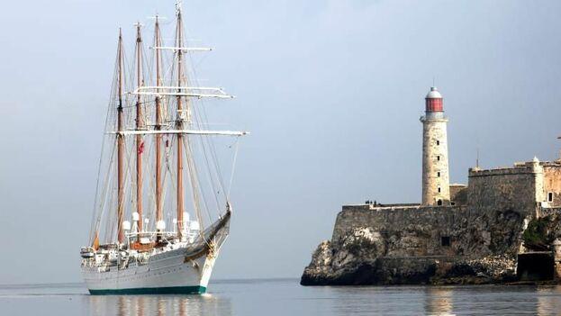 El buque escuela Juan Sebastián de Elcano de la Armada española llega este martes al puerto de La Habana. (EFE)