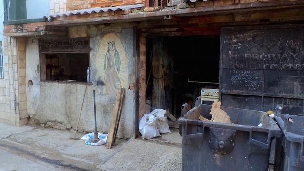 Una imagen de Nuestra Señora de Guadalupe en la fachada de un herrero por cuenta propia, en Centro Habana. (14ymedio)