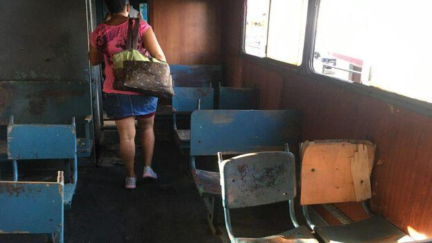 Los pasajeros recorrieron una y otra vez cada vagón en busca de asientos que no estuvieran rotos. (14ymedio)