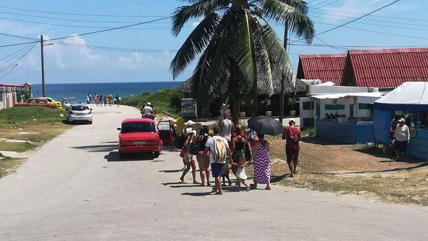 A esa hora la caravana de pasajeros tenía por delante un recorrido de un par de kilómetros hasta la playa. (14ymedio)
