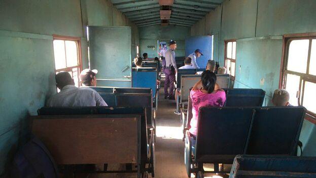 Los policías revisaron los vagones mirando atentamente las bolsas de los pasajeros en busca del tráfico de productos que se mueve en la ruta. (14ymedio)