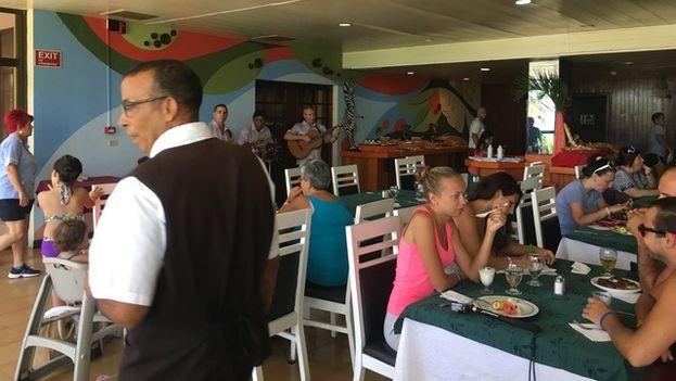 Turistas rusos en el complejo turístico hotel Punta Arena y Playa Caleta en Varadero. (14ymedio)