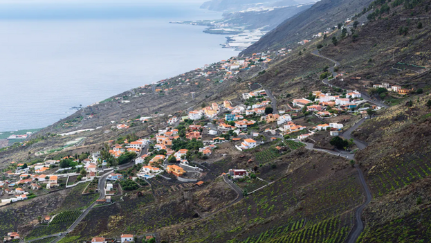 Viviendas en una ladera del municipio de Fuencaliente, al pie del Parque Natural de Cumbrevieja, en la isla canaria de La Palma. (Shutterstock / JJFarq)