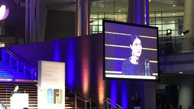 Yoani Sánchez recoge el premio Knight de Periodismo Internacional 2015. (@karinkarlekar)