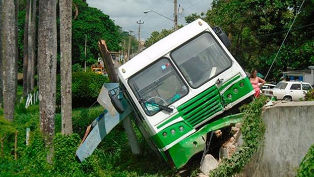El accidente ocurrió cuando el autobús entraba al pueblo San Juan y Martínez. (Telepinar)