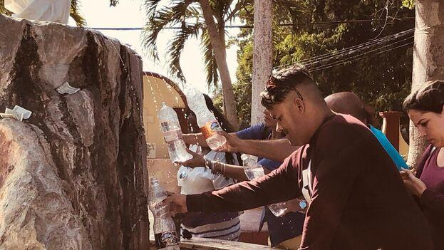 El agua de la fuente del agua santa, conocida también como de los milagros, abastece a los peregrinos que llegan a bañarse en ella. (14ymedio)