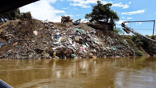 Los ambientalistas denuncian que cada día se vuelcan escombros sobre el lecho del Cauca. (@CvcAmbiental)