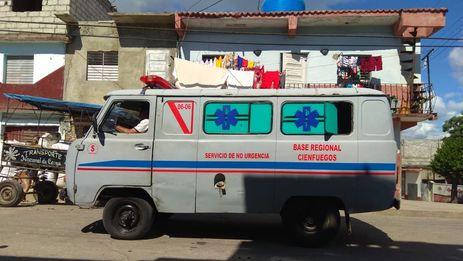 Una ambulancia fabricada en la Unión Soviética recorre las calles de Cienfuegos. (14ymedio)