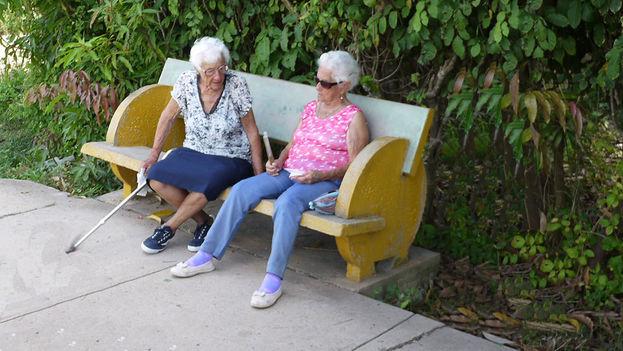 Dos ancianas conversando. (14YMEDIO)