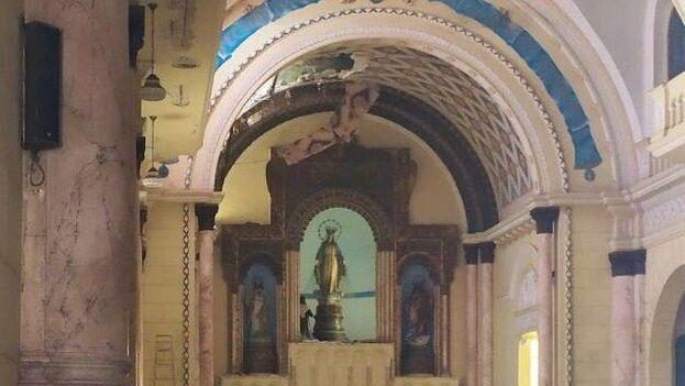 Este lunes, se apreciaba el boquete en el techo de la iglesia de La Inmaculada producto del derrumbe del domingo. (14ymedio)