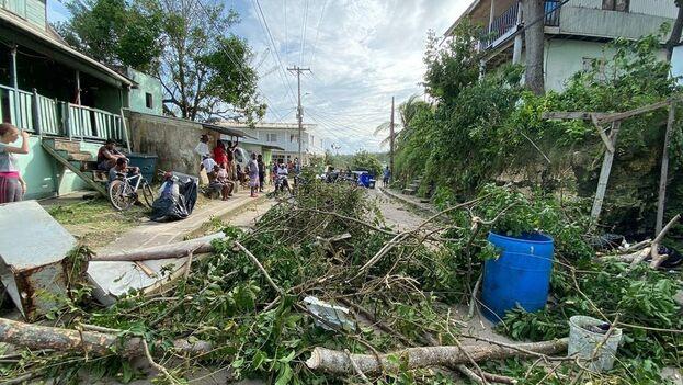 Las imágenes muestran casas con los techos arrancados, postes y árboles caídos atravesados en las calles cubiertas de escombros. (EFE)
