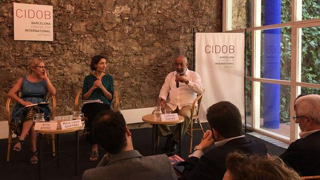 Ante una centenar de asistentes que acudieron a la sede del CIDOB, el novelista y periodista Leonardo Padura participó en el lanzamiento. (14ymedio)