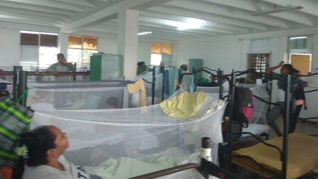 Un médico atiende a un niño con estado febril en una de las salas anexas del hospital de Cienfuegos. (14ymedio)