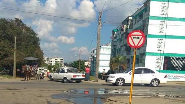 A pesar del aumento en el número de casos de dengue y zika los salideros proliferan en diversos barrios de la ciudad. (14ymedio)