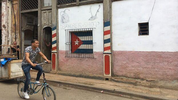 Las banderas solo pueden comprarse en CUC en la Isla. (14ymedio)
