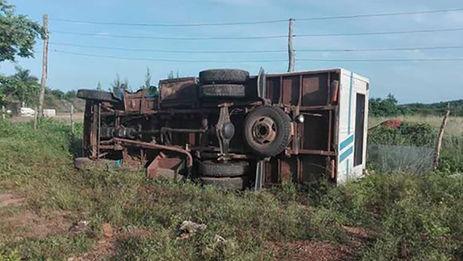 """El vehículo, un camión habilitado para el transporte de pasajeros, """"perdió los frenos y volcó al final de una loma"""" tras colisionar con un camión cisterna y un tractor. @angeluis04"""