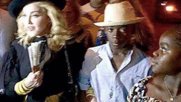 La cantante Madonna pasea por la Isla este lunes. (Youtube)