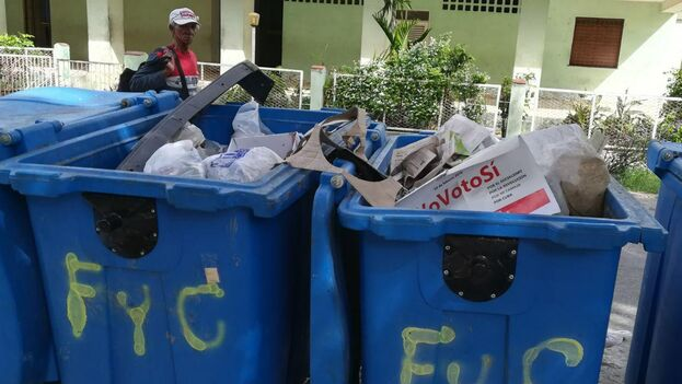 Los carteles y pasquines son arrojados a la basura y la cotidianeidad retorna a las calles. (14ymedio)