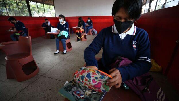 Un cierto descenso de los contagios y del avance de los procesos de vacunación han facilitado el progresivo regreso a las aulas. (EFE)