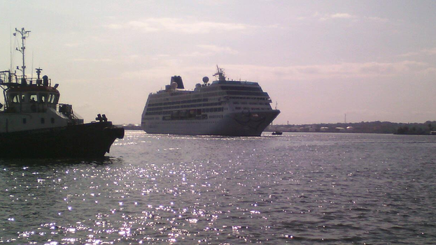 El crucero 'Adonia' llegando al puerto de La Habana. (14ymedio)