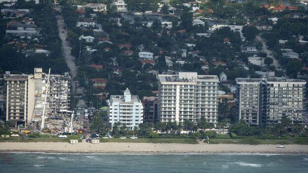 El Champlain Towers South forma parte de un trío de edificios costeros levantados por un mismo desarrollador inmobiliario. (EFE)