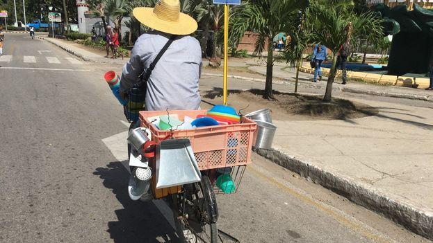 Un vendedor de enseres domésticos manufacturados recorre las calles de la ciudad de Camagüey ofreciendo su mercancía. (14ymedio)
