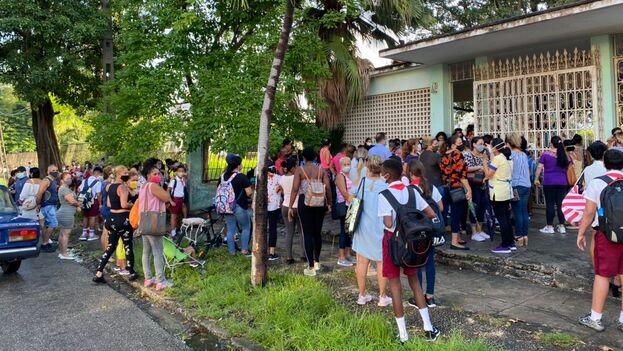 La escuela estaba abierta desde bien temprano pero todavía a las ocho de la mañana muchos alumnos no habían logrado pasar por la estrecha puerta. (14ymedio)