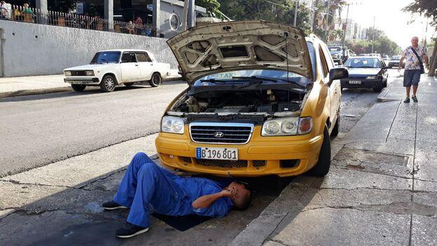 Desde hace varios años los taxis estatales están en régimen de arrendamiento y los conductores deben ocuparse de su reparación. (14ymedio)