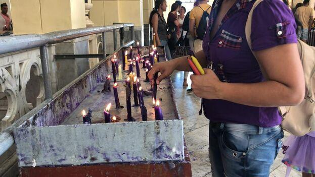 Algunas velas nacen de las que se funden en la iglesia, para ahorrar materia prima. (14ymedio)