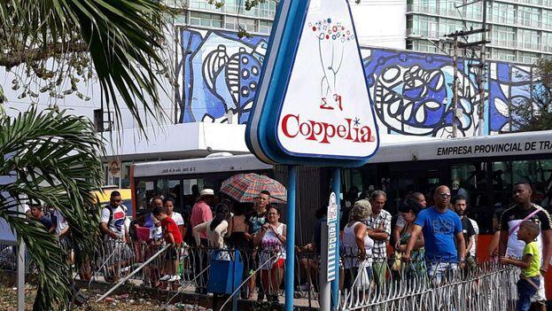 La heladería Coppelia sigue siendo un lugar muy visitado a pesar de que sus ofertas se han reducido significativamente. (14ymedio)