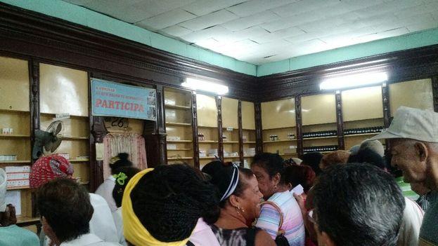 Los clientes han llegado a abordar las farmacias entre gritos y empujones ante la escasez de medicinas. (14ymedio)